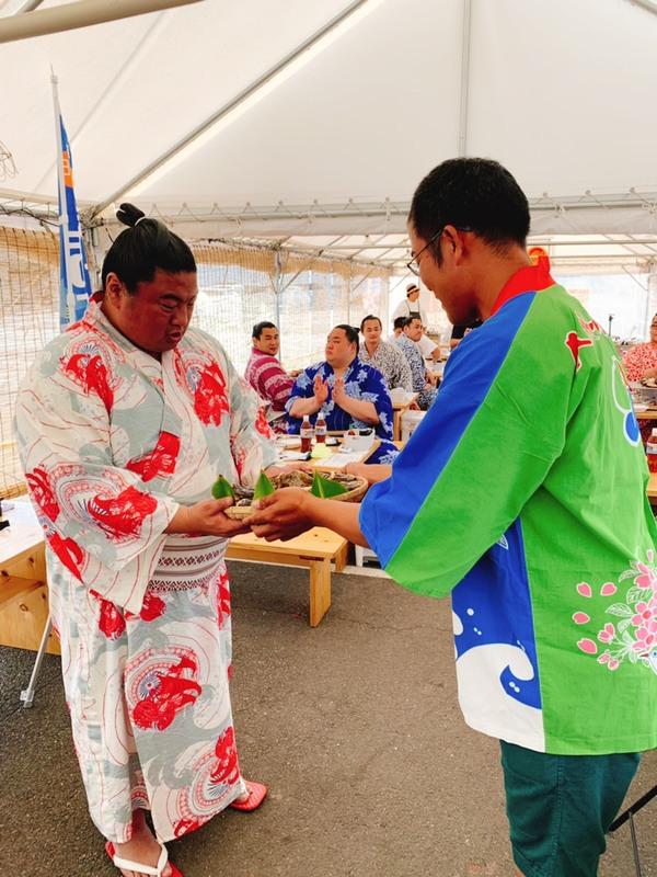 尾車部屋御一行 嘉風佐伯合宿 岩牡蠣の贈呈式がシマノカキシンエイマルにて行われました。